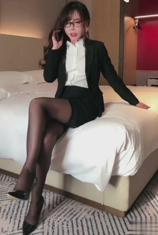 高颜值人气网红模特艾小青女高层职场的故事[1V/611M]